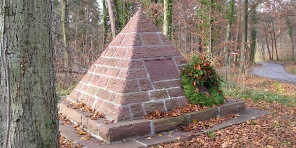Pyramiede als Erinnerung der gefallenen Mitglieder des Schwarzwaldvereins Pforzheim-Brötzingen