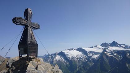 Gipfelkreuz der Kendlspitz vor dem Großglockner