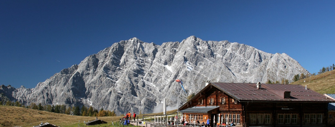 Die Berggaststätte Gotzenalm - im Hintergrund der Watzmann.