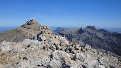 Der Gipfel des Penyal des Migdia mit einem Steinmann und einer Gedenktafel. Dahinter die Radarkuppel des Puig Major, rechts die Massanella.(12.10.2011)