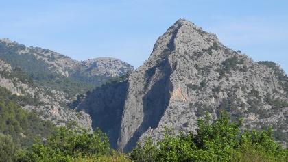 Albahida - der Pfeiler in Bildmitte ist 200m hoch - bis zum Gipfel sind es noch 150 Höhenmeter