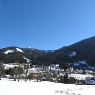 Blick auf den Schischulhang, rechts der Kolmnock, daneben der Strohsack mit der Weltcup-Abfahrt Kärnten Franz Klammer