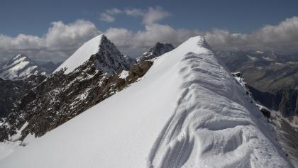 Gipfelgrad, links die westliche Simonyspitze