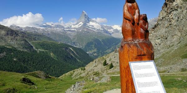 Marmotte sculptée dans le bois, avec panneau d'information