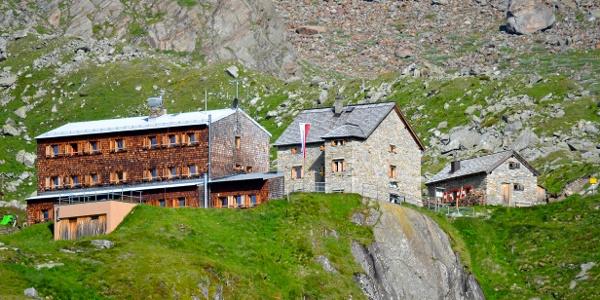 Essener und Rostocker Hütte vom Normalaufstieg mit Winterhaus rechts