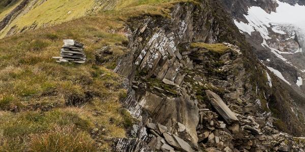 Aufstiegsweg entlang der Bösen Wand zur Hochkarscharte (links hinter dem Schneefeld)