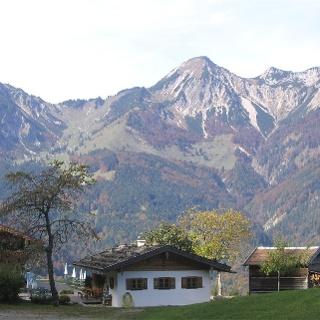 Der Berggasthof Streichen mit dem Geigelstein im Hintergrund.