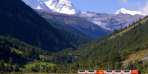 Randonnée avec vue sur la voie ferrée du Matterhorn Gotthard Bahn