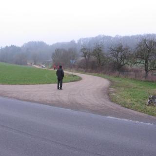 Bild 1 Zufahrt geteerter Weg zum Parken