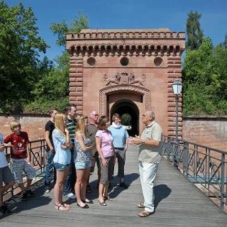 Beginn einer Stadtführung am Weißenburger Tor