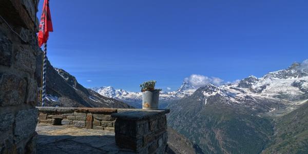 Vue panoramique sur le Cervin (4'478 m) depuis le refuge du Dom