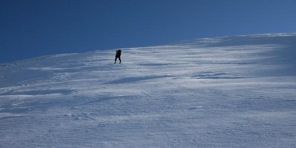 Anstrengende 400 Höhenmeter sind vom Niedervennjöchl über die steile Flanke bis zum Gipfel der Saxalmwand zu überwinden.