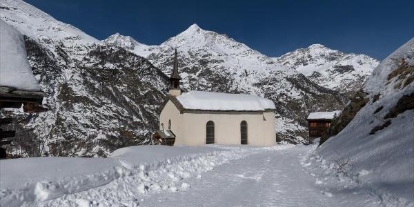 Along the Täschalp road with a sledge, past the Täsch mountain chapel
