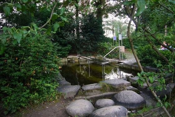 Wassertretbecken im Rosenheimer Riedergarten.