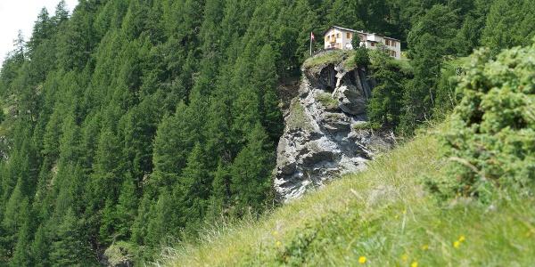 Sur le chemin menant à Trift, le restaurant Edelweiss donne vue sur le village