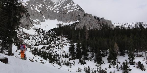 Kar unter der Pyhrgas Südflanke, Route führt hinter Felsturm in Bildmitte vorbei
