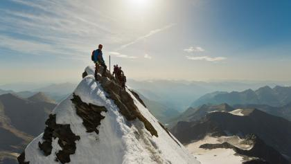 Am ausgesetzten Gipfelgrat, kurz vor dem Gipfelkreuz.