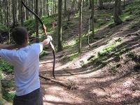 Jagd mit dem Bogen auf 3D-Ziele im Wald