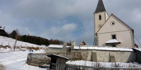 Parkplatz bei der Kirche in St. Lorenzen