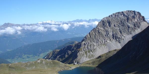 Blick vom Höhenweg zum See und zur Hütte