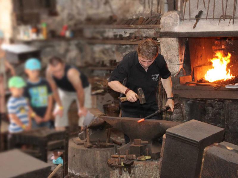 Aus Eisen und Feuer entstehen Objekte  - @ Autor: Beate Philipp  - © Quelle: Hardy Mann