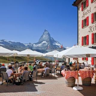Sonnenterrasse des Hotel Riffelhaus 1853 mit Blick aufs Matterhorn