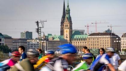 Blick auf das Hamburger Rathaus und den Nikolaikirchturm