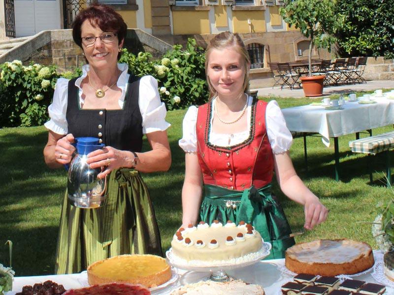 """Bernadette Schrödel und Mitarbeiterin kurz vor der """"Kuchenschlacht""""  - @ Autor: Beate Philipp  - © Quelle: Hardy Mann"""