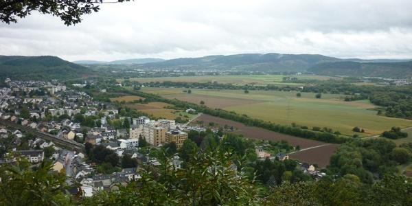 Uitzicht vanaf de Ehranger Kanzel in de dalverbreding bij Trier met Ehrang (op de voorgrond) en Schweich (op de achtergrond)