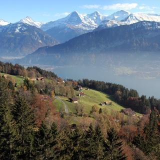 Blick von Schmocken/Beatenberg über den Thunersee zum Dreigestirn Eiger, Mönch und Jungfrau.