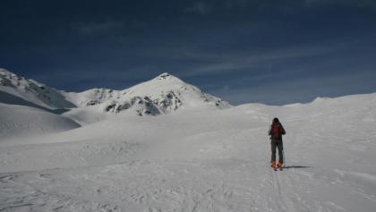 Am Ende des sanften Skitourengeländes ragt die Pyramide des Plankenhorns empor. Das Gaishorn ist noch nicht sichtbar.