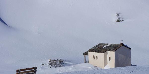 Vorbei am zugeschneiten Schwarzsee und der Kapelle Maria zum Schnee