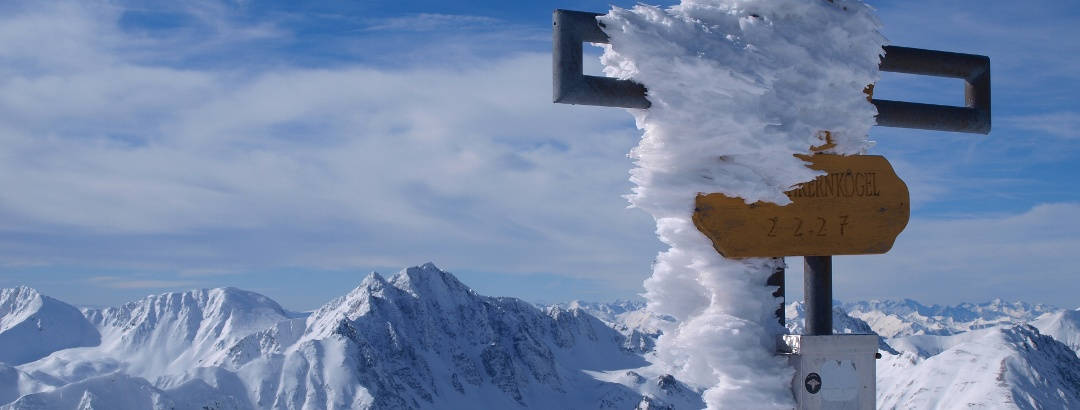 Kerschkernkreuz 2227 m mit Gamskogel im Hintergrund
