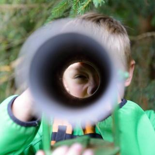 Mit dem Fernrohr tief in den Wald hineinschauen