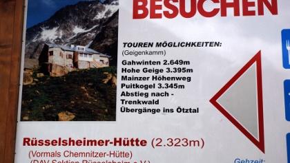 Hinweisschild zur Rüsselsheimer Hütte auf dem Parkplatz