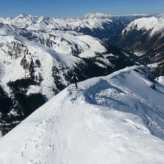 Am kurzen aber beeindruckenden Gipfelgrat gehts zum Ziel.