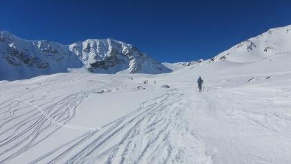 in mehreren flachen Stufen höher auf den bereits sichtbaren Gipfel zu.