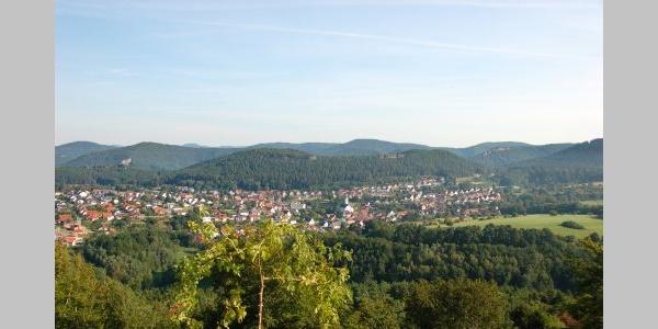 Blick von der Burgruine Drachenfels auf Busenberg