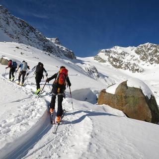 Die alte Seitenmoräne, sie markiert den letzten Gletscherhochstand um 1850, leitet uns ...