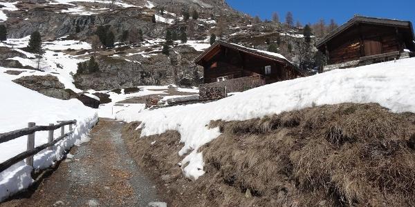 Sur le chemin de randonnée hivernale, en passant par de petites maisons