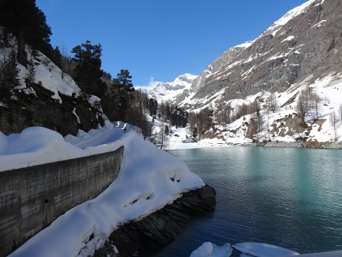 On the winter hiking trail to Stafel, past the reservoir at Zmutt
