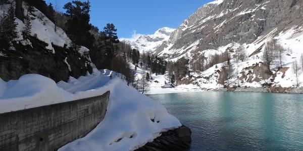 Auf dem Winterwanderweg Richtung Stafel vorbei am Stausee in Zmutt