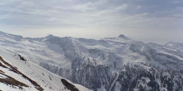 Blick zum Zillertaler Hauptkamm mit der markanten Gipfelgestalt des Wolfendorn 2.774 m