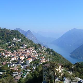Blick auf Brè Paese vom Aussichtspunkt am Monte Brè