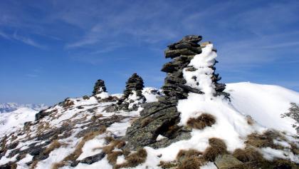Drei Steinmandl mit Schüttnerkogel im Hintergrund