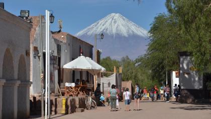 Am Start unserer Tour - Plaza de Armas in San Pedro de Atacama mit Licancabur