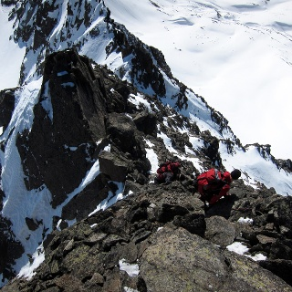 Die Kletterei am Gipfelgrat ist luftig aber nicht allzu schwierig (UIAA I).