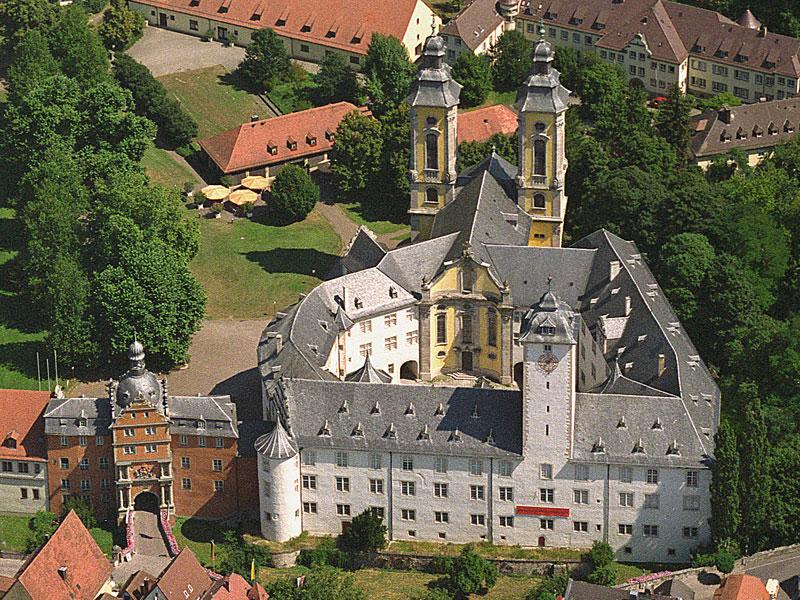 Luftbild des ehemaligen Residenzschlosses der Hoch- und Deutschmeister, heute ist hier das Deutschordensmuseum untergebracht.   - © Quelle: Luftbild Bytomski, Würzburg