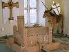 Deutschordensmuseum: Blick in einen Ausstellungsraum mit Modell der Burg Rehden und Deutschordensritter auf Pferd   - © Quelle: Foto Besserer, Lauda-Königshofen