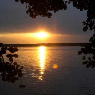 Die stimmungsvolle Ruhe am Wasser üben eine Anziehung auf uns  aus.